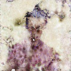 « Impermanence » est une série de portraits du photographe et microbiologiste coréen Seung-Hwan Oh qui baigne ses pellicules dans une culture de champignons avant de les utiliser. Les bactéries viennent dévorer le film pour un rendu abstrait et destructeur.