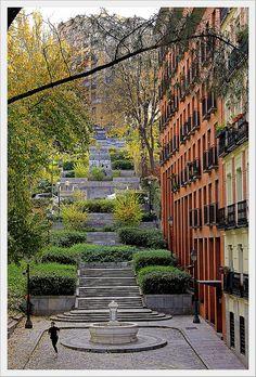 Escalinata en la calle de Segovia, Madrid.