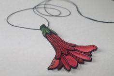 Red Flower nature leather necklace - Colgante de cuero flor roja naturaleza - Rote Blume Leder Schmuck - handpainted handmade