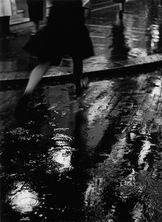 Wolf Suschitzky Charing Cross Road London, 1937 From Wolf Suschitzky: Photos Vintage Photography, Street Photography, Art Photography, Landscape Photography, Black White Photos, Black And White Photography, Iphone Cover, Running In The Rain, Woman Running