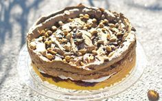 - Kake med marengs, sjokoladekrem og peanøtter - layer cake of bisque, chocolate creme/whipped cream - topping of brown sugar-peanut-meringue