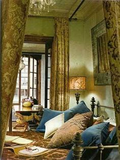 Gerard Butler's sumptuous bedroom in his New York City loft apartment. Oh...my...GOD...