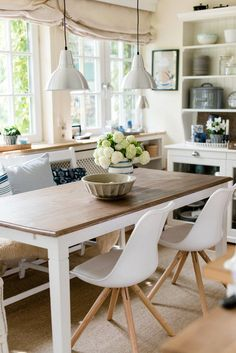 White Kitchen Table And Chaires