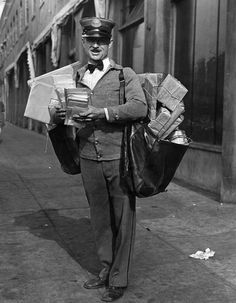 Mail Carrier delivering Christmas mail in Los Angeles, CA - December 1929 Vintage Photographs, Vintage Images, Vintage Men, Tarzan, Old Pictures, Old Photos, Post Bus, Christmas Mail, You've Got Mail