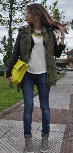 Jeans+Camiseta blanca+Biker negra+Chaleco verde