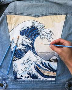 This is the first part in a series all about painting and taking care of your denim – whether it be a pocket on jeans or the back of a denim jacket. Talking about all the supplies you need for painting your jeans and jackets! Painted Denim Jacket, Painted Jeans, Painted Clothes, Denim Paint, Hand Painted, Diy Jeans, Denim Kunst, Jean Diy, Denim Ideas