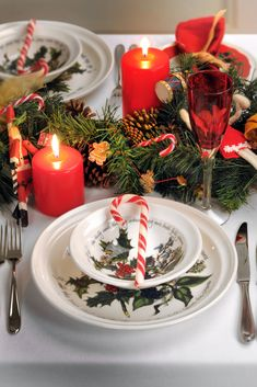 For traditional Christmas tables, this Holly and Ivy tableware collection from Portmeirion is the ideal setting for Christmas dining tables.   #portmeirion #dining #christmas