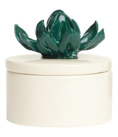 Scented candle in a ceramic box with a petal-shaped decoration on the lid. Height 4 cm (7 cm including decoration), diameter 6.5 cm. Burn time 5 hours.