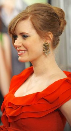 """At yesterday's premiere of """"Leap Year"""", Amy Adams looked adorable. Let's take a closer look at her fun little updo and figure out how we can cop some of her cuteness for ourselves, shall we? Amy Adams Style, Actress Amy Adams, The Beauty Department, Wedding Hair Inspiration, Female Actresses, Celebs, Celebrities, Cut And Style, Actress Photos"""