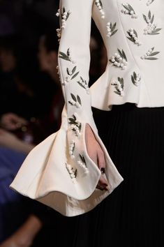 View all the detailed photos of the Christian Dior haute couture spring 2016 showing at Paris fashion week. Dior Haute Couture, Style Couture, Couture Details, Fashion Details, Couture Fashion, Runway Fashion, Womens Fashion, Paris Fashion, Fashion Week