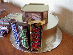 How to Make a Candy Bar Cake - your homebased mom Candy Bar Bouquet, Cake Bouquet, Candy Arrangements, Candy Centerpieces, Wedding Centerpieces, Candy Birthday Cakes, Candy Cakes, Birthday Gifts, Raffle Baskets