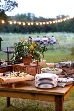 Dining Al Fresco - rustic outdoor entertaining Rustic Outdoor, Outdoor Dining, Outdoor Tables, Outdoor Table Decor, Outdoor Buffet, Outdoor Dinner Parties, Outdoor Entertaining, Party Outdoor, Party Platters