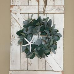 30 Amazing Rustic Winter Wall Decor Ideas To Beautify Your Interior - Homes with a very traditional, country-style décor need wall art that reflects that aesthetic. Modern portraits and plaques just don't fit in with gin. Christmas Arrangements, Holiday Centerpieces, Greenery Wreath, Wreaths, Pineapple Painting, White Wall Decor, Lambs Ear, White Roses, Seasonal Decor
