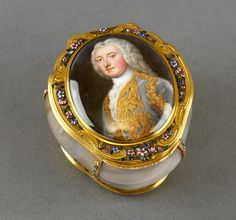 1700-1750 Agate snuff box with inset miniature of Robert Darcy, 4th Earl of Holdernesse (1718-1778), the interior with miniature of an unknown man, previously identified as the Duke of Schomberg.