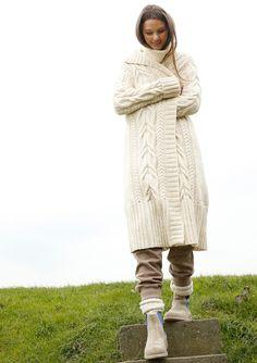 WINTERMÄRCHEN Beim wollweißen Mantel bringen drei dekorative Zopfmuster in verschiedenen Breiten Strickspaß, auch auf Rückenteil und Ärmeln. Daneben wird glatt rechts gestrickt. Vom Schurwollgarn mit Alpaka gibt es über 40 modische...