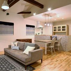 definite.houseさんの、キッチン,照明,ソファ,カフェ風,ブリックタイル,無垢フローリング,吹抜け梁,のお部屋写真