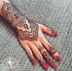 tatouage henné idées à tester manucure rouge