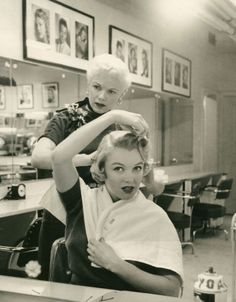 A candid shot of Marilyn having her hair done. #vintage #1950s #actresses #hair #hairdressers