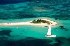 L'îlet Caret est un îlet inhabité situé dans le Grand Cul-de-sac marin, au large de la commune de Sainte Rose en Guadeloupe. Il mesure environ 250 mètres de long et une vingtaine de mètres de large en moyenne. Sa végétation est constituée de cocotiers et de palmiers ainsi que quelques autres plantes. Le sable blanc dont il est formé, est en partie constitué de coraux morts venant de la barrière de corail situé à quelques centaines de mètres de là. L'îlet a été créé par les mouvements…
