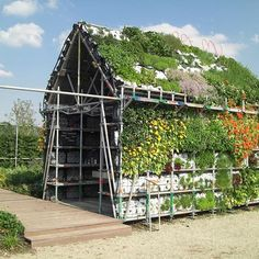 〰 project of the week 〰  EATHOUSE by #ateliergras is a productive vertical & roof farming structure, it shows this technology is accessible for everyone; you can make your own vegetable garden on the wall of your balcony or on the roof of your garden shed! It is constructed from a modular system of plain plastic crates. These crates are used in the agricultural industry to harvest, transport and exhibit fruit and vegetables  Landezine #urbanfarming #urbanjunglebloggers #greenroof…