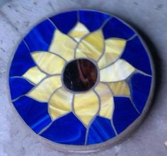 Sunflower Stepping Stone by WillferDesigns on Etsy Mosaic Flower Pots, Mosaic Pots, Mosaic Garden, Mosaic Glass, Mosaic Tiles, Mosaic Crafts, Mosaic Projects, Stained Glass Projects, Stained Glass Patterns