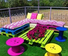 Pallet Projects - Clever, Crafty and Easy DIY Pallet Ideas Pallet Projects - Easy DIY outdoor pallet furniture and pallet projects to make or sell - VERY clever pallet projects! Pallet pation furniture for your deck, backyard, garden or porch Pallet Garden Furniture, Outdoor Furniture Sets, Furniture Ideas, Furniture Companies, Cheap Furniture, Furniture Design, Unique Pallet Ideas, Diy Ideas, Clever Diy