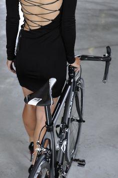 Black dress and black Bike #tie _ Vestito nero e nera la Bici #lacci