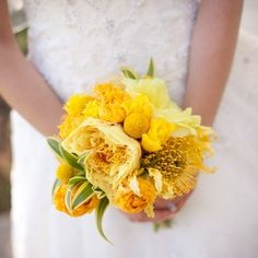 All bright yellow flowers and fresh lemon centerpieces perfect for a hot summery wedding day! Photos by Hope Photography.