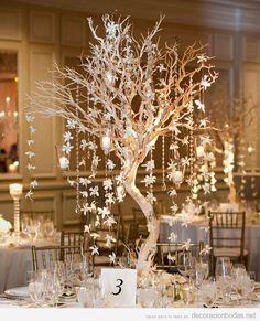 Decoración de boda, centro de mesa con ramas de árbol y luces