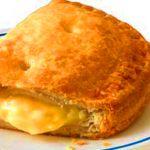 Υπέροχα πιτάκια με ζύμη γιαουρτιού, κασέρι, γραβιέρα και ανθότυρο Greek Recipes, Desert Recipes, Savory Muffins, Greek Cooking, Appetisers, Cheesecake, Deserts, Brunch, Pie