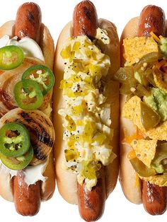 10 Twists on Hot Dogs. Let's be frank: your hot dogs could be a whole lot tastier. Try 'em topped with these 10 cool combos! Gourmet Hot Dogs, Jai Faim, Hot Dog Toppings, Burger Dogs, Hot Dog Bar, Chili Dogs, Hot Dog Recipes, Yummy Food, Tasty