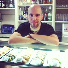Cafetería Asterisco. Bar en el centro de Logroño, con una extensa oferta hostelera, desde el desayuno matutino a las copas nocturnas. Avenida de Portugal, 22, Logroño.
