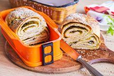 Rozevírací silikonová forma se skleněným dnem vám usnadní pečení sladkých i slaných dobrot. Vyzkoušejte v ní kynutý plněný chléb. Těsto chutná jako klasická focaccia, ale naplněné je pestem a gorgonzolou. Pak šikovně zamotané, aby v řezu vynikla mozaika. Jednoduchý trik vám ukážeme na videu.