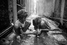 Dario Mitidieri - Street Children of Bombay We Are The World, People Of The World, Poor Children, Photojournalism, Street Photography, Black And White, Life, Street Children, Monochrome