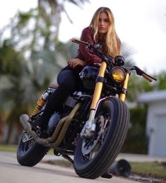 Custom Culture Bobber Babes Motorcycle Lifestyle, Tattoo Art and Fashion / Clothing Style Inspirations Cafe Racer Girl, Lady Biker, Biker Girl, Motos Retro, Motard Sexy, Chicks On Bikes, Motorbike Girl, Motorcycle Gear, Girl Bike