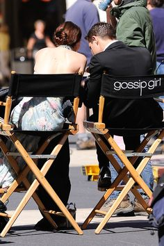 On set with Leighton Meester and Ed Westwick. Gossip Girl Chuck, Gossip Girls, Estilo Gossip Girl, Gossip Girl Quotes, Gossip Girl Outfits, Gossip Girl Fashion, Blair And Serena, Serena Van, Ed Westwick