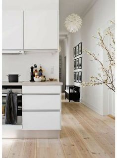 idee deco cuisine moderne, sol en parquet clair, meubles blancs, parquet teck clair pas cher