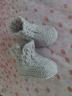 This Pin was discovered by Ild Baby Booties Knitting Pattern, Baby Shoes Pattern, Knit Baby Booties, Baby Boots, Baby Knitting Patterns, Knitting Socks, Baby Gifts To Make, Cute Baby Gifts, Baby Shower Gift List