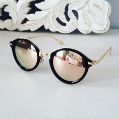R est LE produit de l'été 2016 : forme ronde, verres miroirs, c'… Summer.R is the product of the summer of round shape, mirrored lenses, it is the trend of the summer. Cool Sunglasses, Ray Ban Sunglasses, Sunglasses Women, Mirrored Sunglasses, Lunette Ray Ban, Looks Pinterest, Lunette Style, Jewelry Accessories, Fashion Accessories