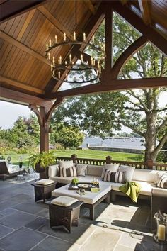 Wow was für ein TRaum Garten und Veranda. Das hohe Dach ist wunderschön mit dem Kronleuchter und die Sitzecke ist der Hammer