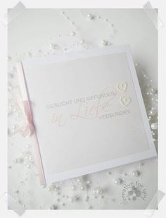 Handgefertigte Einladung zur Hochzeit mit zwei Perlenherzen und Satinband. In jeder Wunschfarbe individuell gestaltet erhältlich. Creative, Invites Wedding, Card Wedding, Little Gifts, Handmade, Birthday