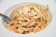 Whole Wheat Cacio e Pepe - Whole wheat pasta thats tossed with a simple, but delicious, traditional Italian pan sauce with cheese and black pepper. Spagetti Recipe, Whole Wheat Pasta, Sushi Recipes, Vegetarian Cheese, Bacon, Spaghetti, Food And Drink, Stuffed Peppers, Cooking
