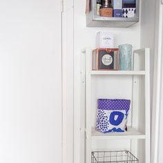 Ohjetta ja vähän muutakin - Pientä kivaa Bookcase, Shelves, Home Decor, Shelving, Decoration Home, Room Decor, Book Shelves, Shelving Units, Home Interior Design