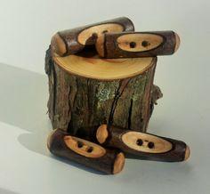 Voici les quatre boutons de bascule bois de cèdre avec deux trous et environ 1 1/2 pouces de diamètre. Jai la main coupe tous les boutons de bois trouvent sur notre ferme, légèrement chaque bouton de sable est lisse et sceller avec cire dabeille.  Aucun deux boutons ne se ressemblent et ils sont tous différents à leur manière.  Ces quatre boutons vont vraiment faire votre projet spécial, unique et inoubliable.