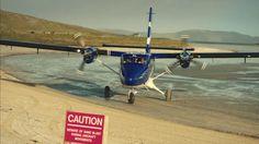 """Pousando em estilo no Barra Airport. Ilha de Barra, Escócia. A ilha de Barra, na Escócia, tem um dos aeroportos mais extraordinários do mundo. Os aviões pousam e decolam da praia, usando três """"pistas"""" marcadas com varas de madeira. Mais informações"""