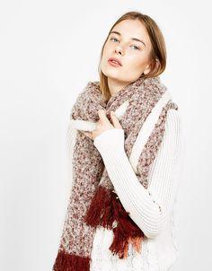 Pañuelo rayas. Descubre ésta y muchas otras prendas en Bershka con nuevos productos cada semana