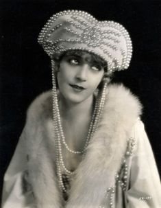 Vilma Banky, 1925 - I love the pearls hanging from the headpiece (more than the headpiece itself, which would be too large for my tiny head!)