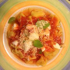 Capeletti caseiro com molho rústico de tomates e manjericão