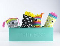 Upcycling liegt ja momentan voll im Trend. Eine einfache Form ist das Nähen von Sockenmonstern. Diese Anleitung ist zwar auf Englisch, doch die Bilder sind selbsterklärend. Für englischsprachler gibt es sogar eine Materialliste. An die Socken, los!