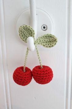 """Jeg er gået i selvsvingeriet med at hækle kirsebær. De er simpelthen bare så søde. Og til dem som er vilde med det nye Greengate """"che... Fruits En Crochet, Crochet Food, Cute Crochet, Crochet Baby, Knit Crochet, Yarn Crafts, Sewing Crafts, Diy And Crafts, Crochet Mignon"""